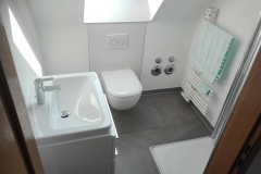 fertiges-Bad-Dachnische-Dusche-Heizkörper-WC-Waschbecken-SHG